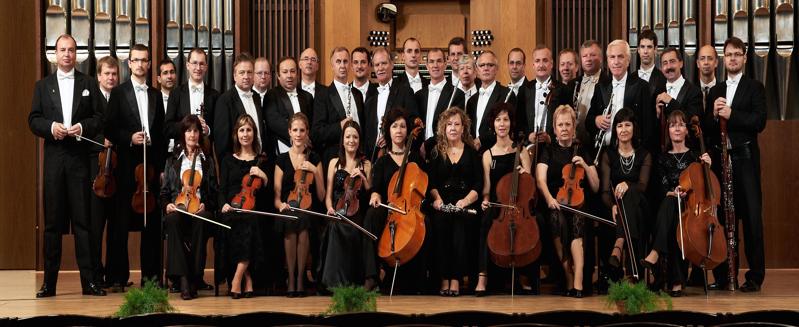 Zloženie orchestra (40 hudobníkov): prvé husle (6x), druhé husle (6x), violy (4x), violončelá (5x) a kontrabasy (2x), flauta (2x), hoboj (1x), clarinet (1x), fagot (1x), trubky (2x), lesný roh (3x), trombone (2x), tuba (1x), harfa (1x) a perkusie a bicie nástroje (3 hráči).
